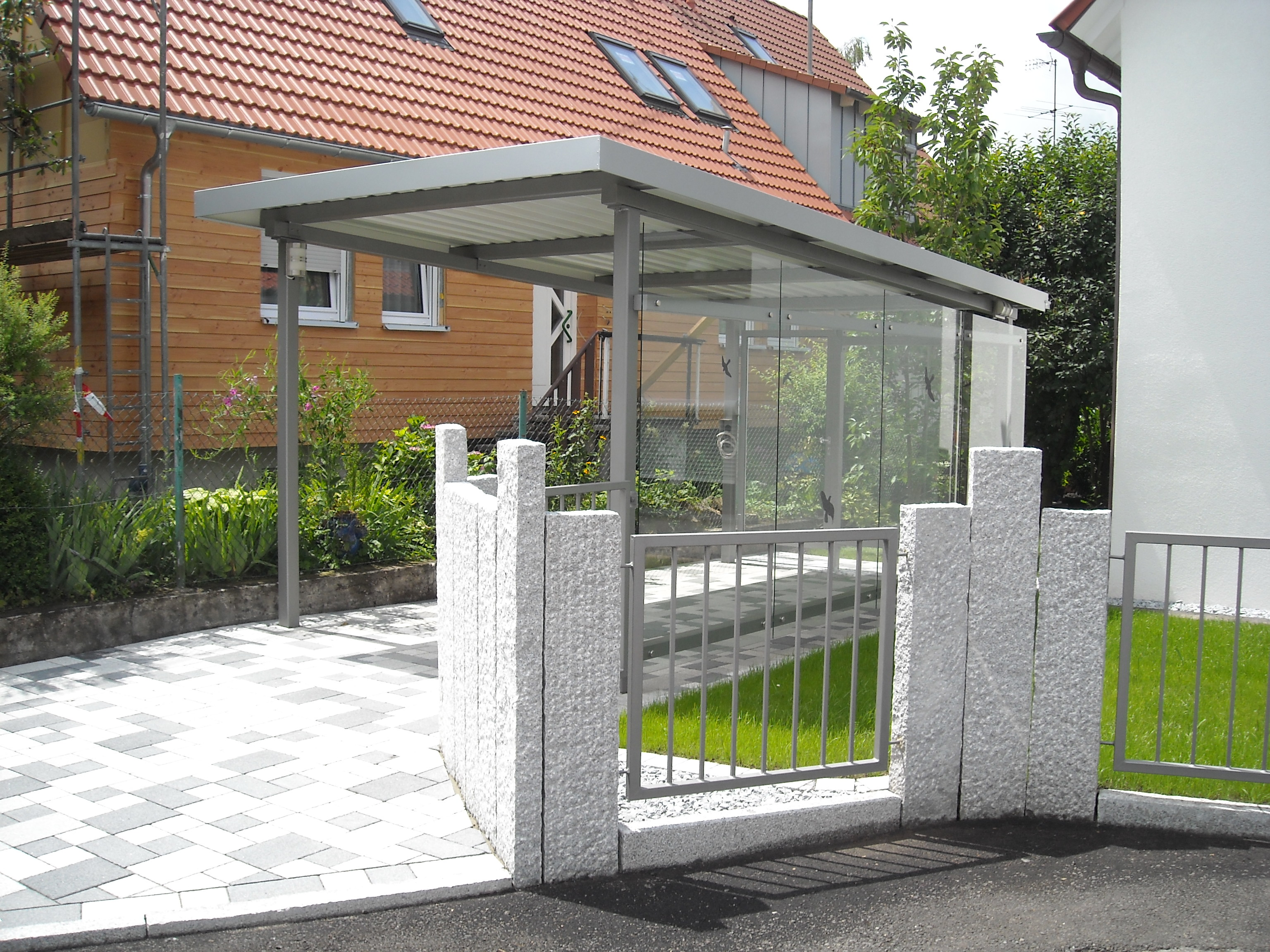 carport mit wandverkleidung aus glas stahlbau n gele. Black Bedroom Furniture Sets. Home Design Ideas