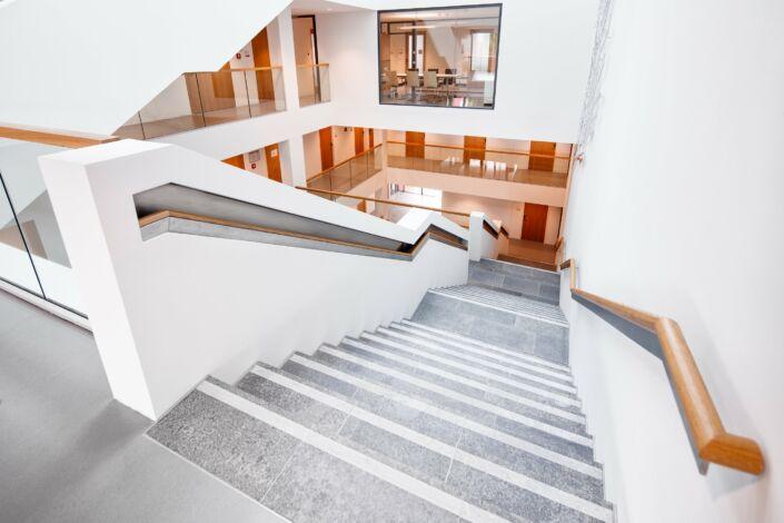 Handlauf In Wand : holzhandlauf treppe foyer eislingen stahlbau n gele ~ Markanthonyermac.com Haus und Dekorationen