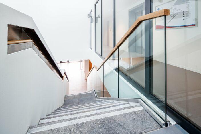 Schlosserarbeiten-Metallbauarbeiten-Geländer-Ganzglasgeländer-Treppen-Stahlbau-Schlosser- und Metallbauarbeiten