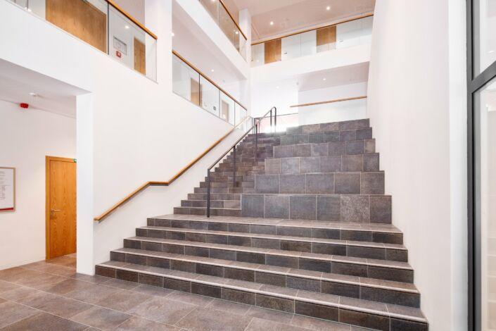 Schlosserarbeiten-Metallbauarbeiten-Treppen-Geländer-Holz-Handlauf-Stahlbau-Schlosser- und Metallbauarbeiten