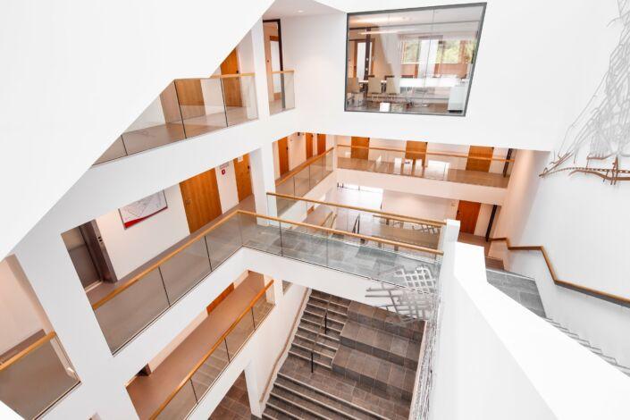 Schlosserarbeiten-Metallbauarbeiten-Geländer-Ganzglasgeländer-Stahlbau-Schlosser- und Metallbauarbeiten