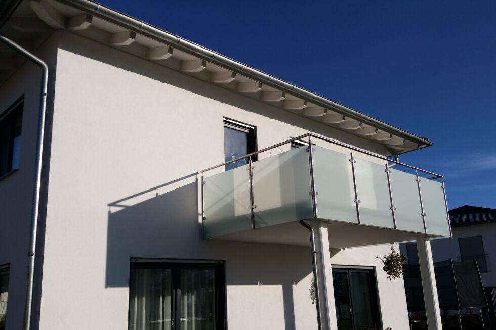 Schlosserarbeiten-Metallbauarbeiten-Balkongeländer-Balkon-Geländer-Stahlbau-Schlosser- und Metallbauarbeiten