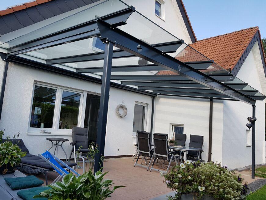 Schlosserarbeiten-Metallbauarbeiten-Terrassenüberdachung-Überdachung-Terrasse-Stahlbau-Schlosser- und Metallbauarbeiten