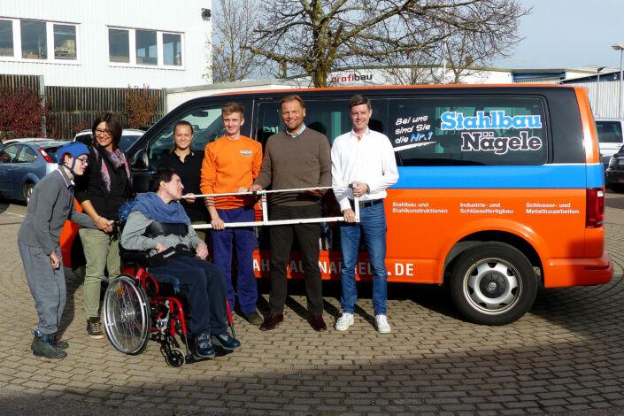 Besuch bei der Lebenshilfe in Schenbach-Übergabe Wandgarderobe als Spende