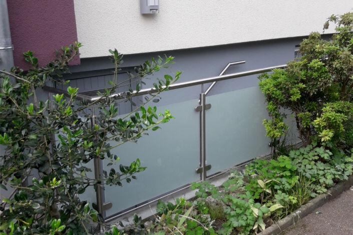 Schlosserarbeiten-Metallbauarbeiten-Edelstahlgeländer-Glasfüllung-Geländer-Manzen-Stahlbau-Schlosser- und Metallbauarbeiten