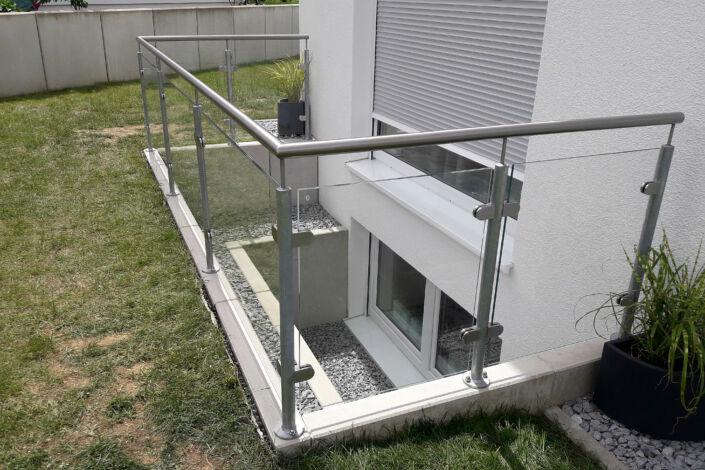 Schlosserarbeiten-Metallbauarbeiten-Geländer-Glasfüllung-Ottenbach-Stahlbau-Schlosser- und Metallbauarbeiten