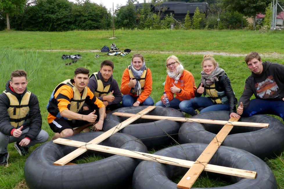 Stahlbau Nägele Azubi-Ausflug-Out & Back Sigmaringen-Floß bauen